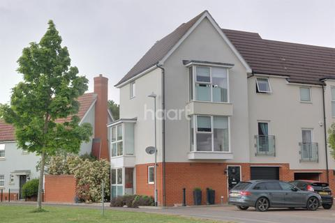 4 bedroom semi-detached house for sale - Montfort Drive, Chelmsford