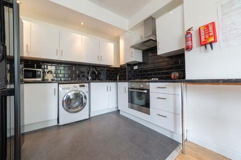 4 bedroom ground floor flat to rent - **En-Suite rooms** Simonside Terrace, Heaton, Newcastle Upon Tyne
