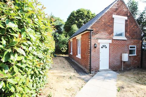 Detached bungalow to rent - Wellesley Road, Colchester