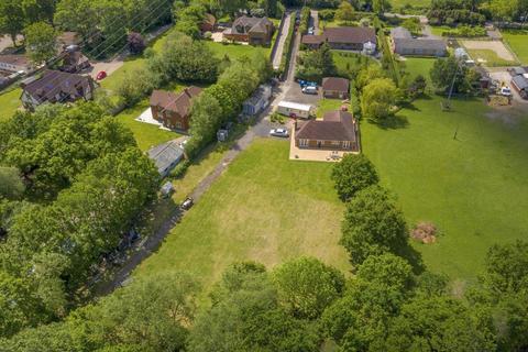 2 bedroom detached bungalow for sale - Finchampstead, Wokingham, RG40