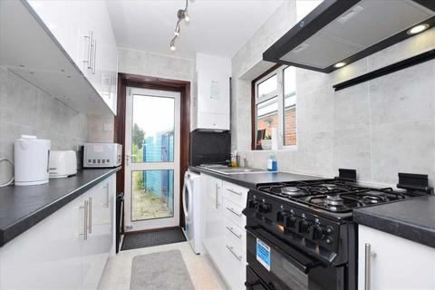 4 bedroom semi-detached house to rent - Holyrood Gardens, Edgware HA8