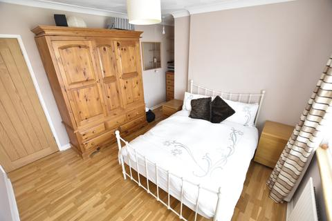 3 bedroom terraced house for sale - Viola Avenue, Feltham, Middlesex, TW14