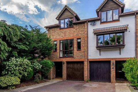 4 bedroom end of terrace house for sale - Woodcroft Court, Knowle Gardens, West Byfleet, KT14