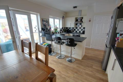3 bedroom semi-detached house for sale - Hillside Grove, Chelmsford