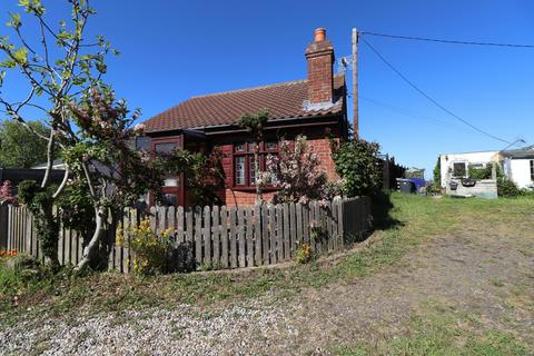 2 bedroom detached bungalow for sale - Fakes Road, Hemsby, NR29