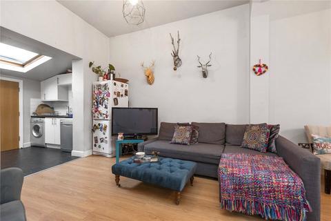3 bedroom detached house to rent - Casterton Street, London, E8