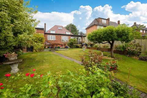 4 bedroom detached house for sale - Priory Close, Royston