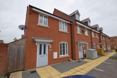 3 bedroom end of terrace house for sale - Merton Close, Aylesbury