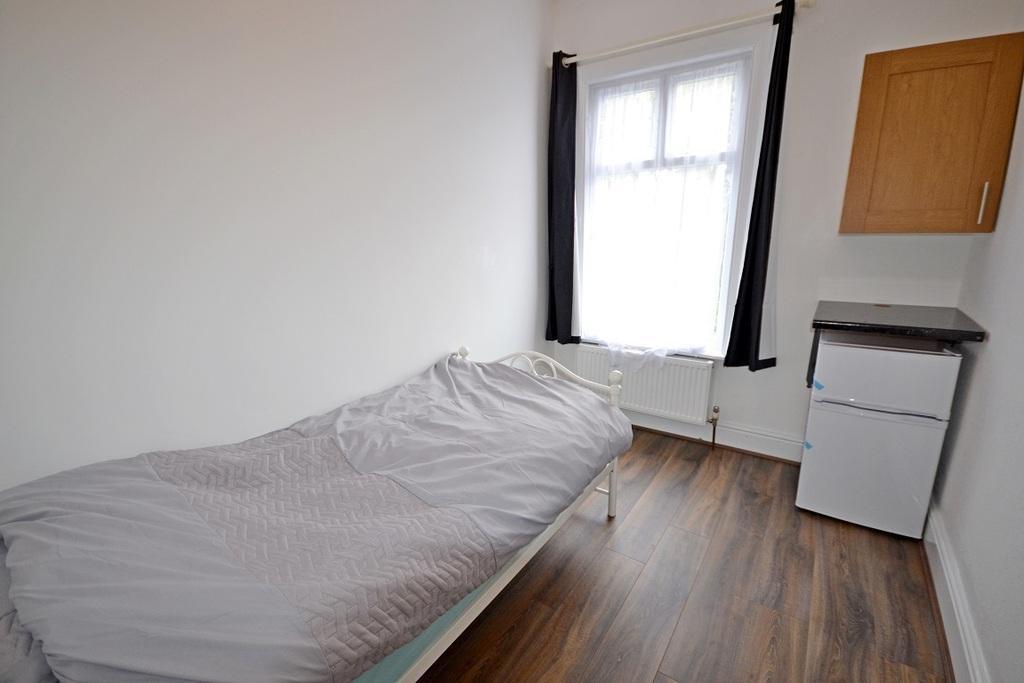 Room 4 £325 pcm