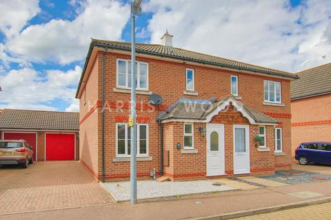 3 bedroom semi-detached house for sale - Honorius Drive, Colchester, CO4