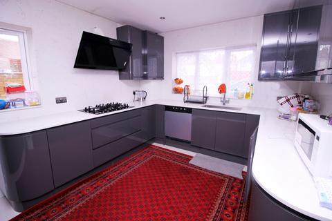4 bedroom semi-detached house for sale -  Bodicea Mews,  Hounslow, TW4