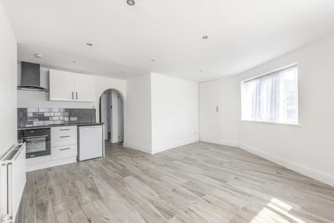 2 bedroom flat for sale - Weedon Court, Weedon Road, Aylesbury, Buckinghamshire, HP19
