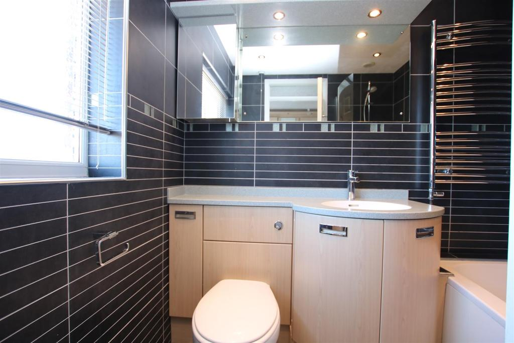 Ensuite Bathroom.JPG