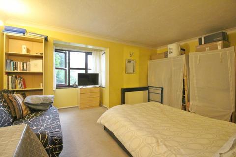Studio to rent - Whitehall Road, Uxbridge