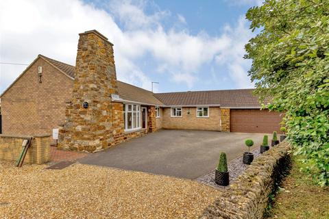 4 bedroom detached bungalow for sale - Willow Lane, Great Houghton, Northampton, Northamptonshire, NN4