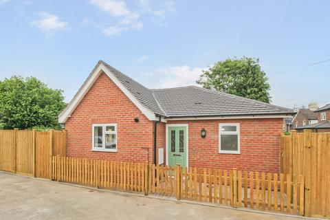 2 bedroom detached bungalow for sale - Rushes Road, Petersfield