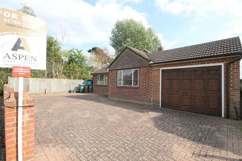 3 bedroom detached bungalow for sale - Lord Knyvett Close, Stanwell Village, Staines-upon-Thames, TW19