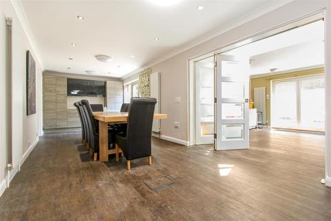 5 bedroom detached house for sale - The Chestnuts, Hertford