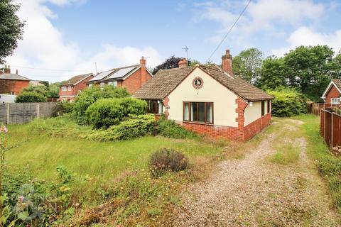 3 bedroom detached bungalow for sale - The Green, Surlingham, Norwich
