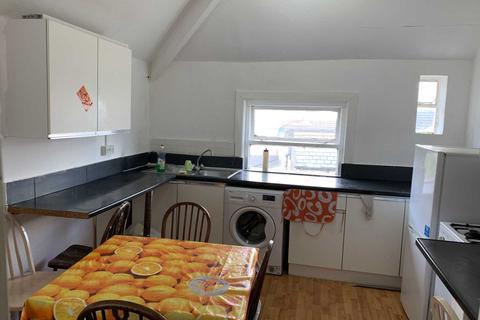 3 bedroom flat to rent - Howard Gardens, Top Floor, Cardiff