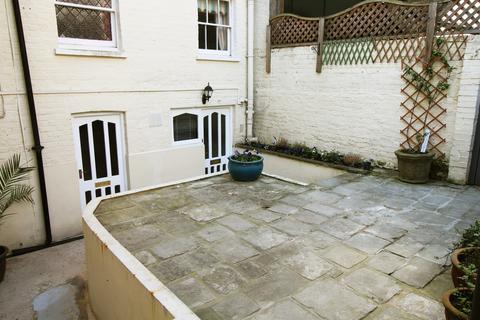 Ground floor flat to rent - Queens Crescent
