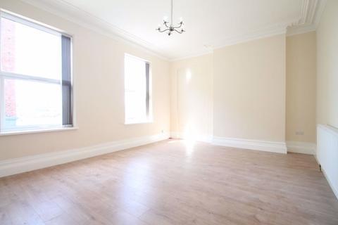 4 bedroom flat to rent - Horn Lane, W3