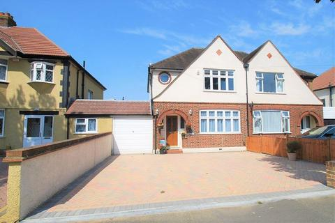 3 bedroom semi-detached house for sale - Somerset Avenue, Chessington