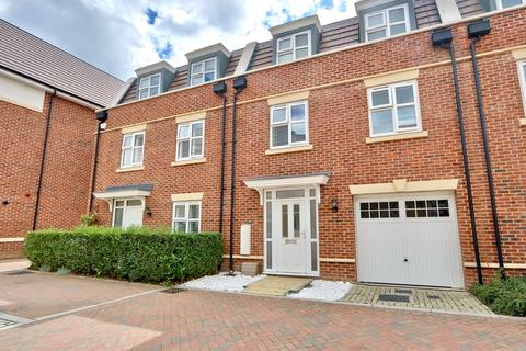 4 bedroom apartment for sale - Truesdales, Ickenham, UB10