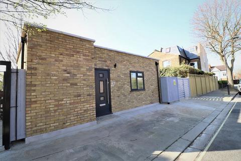 2 bedroom detached house to rent - Steventon Road, London
