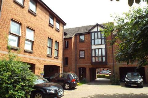 Studio to rent - Farriers Road, Epsom
