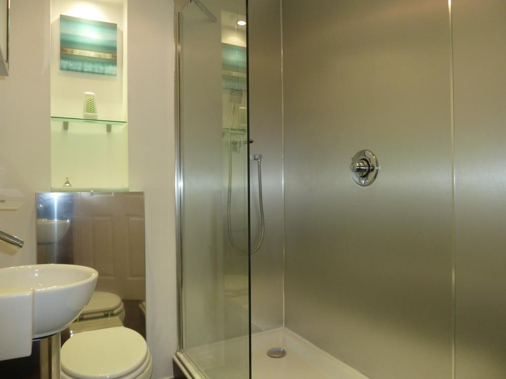 25d Crown Street − Bathroom
