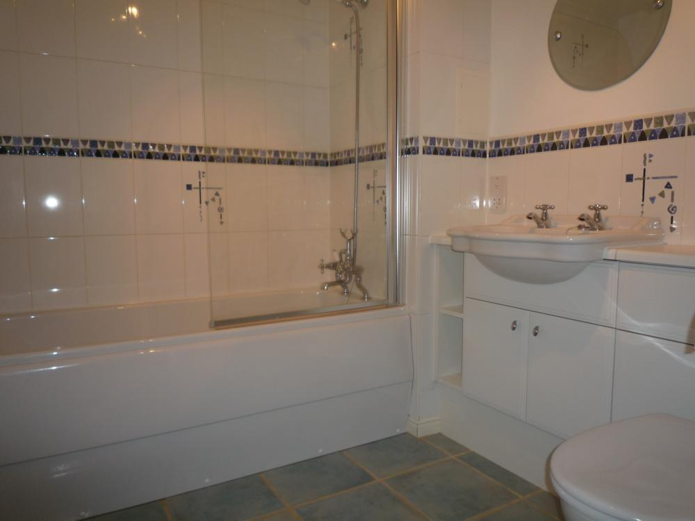 37l Kings Gate − Bathroom