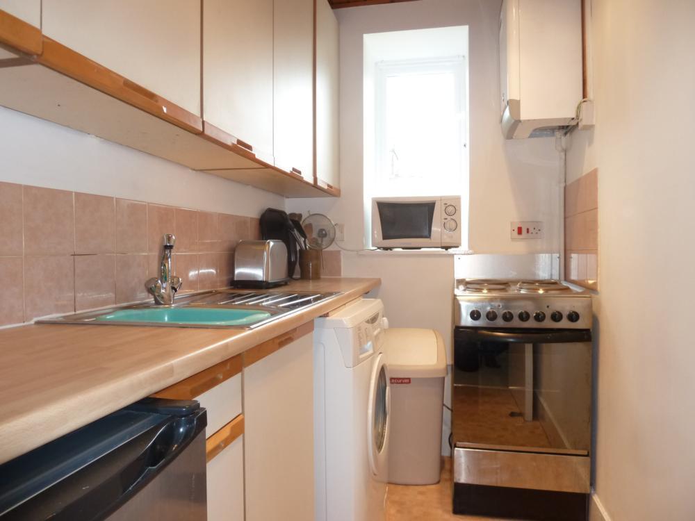 33 Wallfield Place, 1st Right − Kitchen