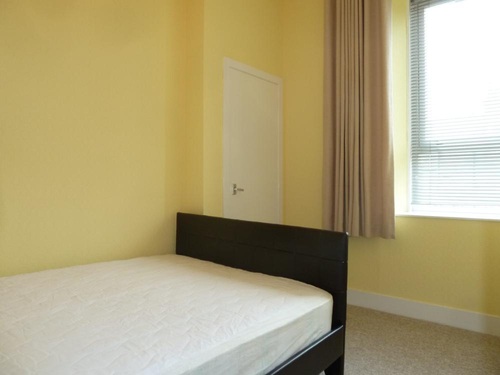 33 Wallfield Place, 1st Right − Bedroom
