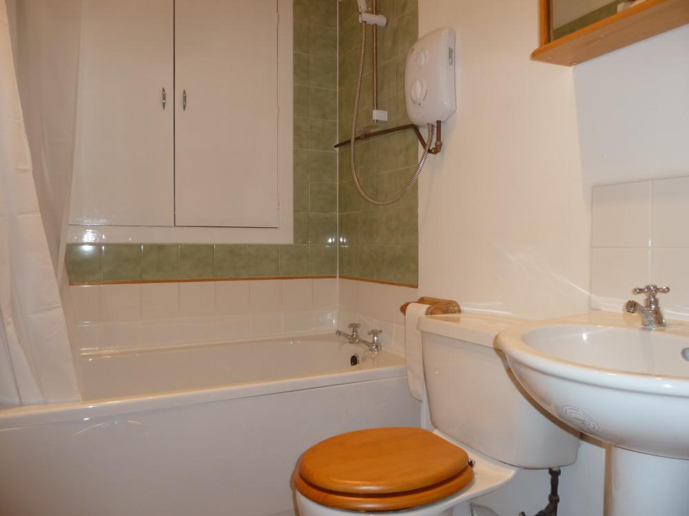 33 Wallfield Place, 1st Right − Bathroom