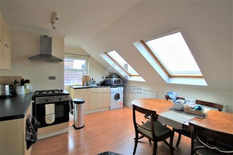 3 bedroom flat to rent - Montana Road, Tooting Bec, London, SW17 8SN