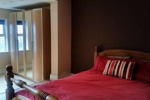 Studio to rent - London Road, Slough