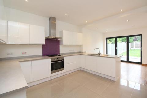 5 bedroom semi-detached bungalow to rent - Glanville Drive, Hornchurch, Essex, RM11