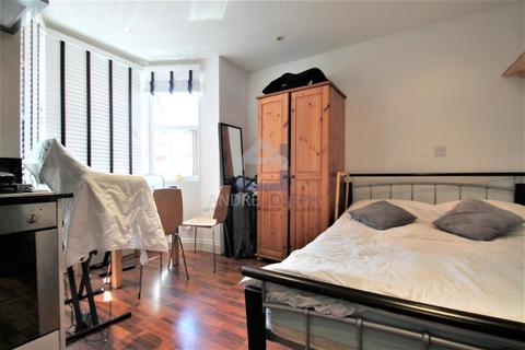 Studio to rent - Balham High Road, Balham, London, SW17 7AW