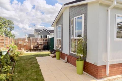 2 bedroom detached bungalow for sale - Loddon Court Farm Park Homes, Spencers Wood, Reading, RG7