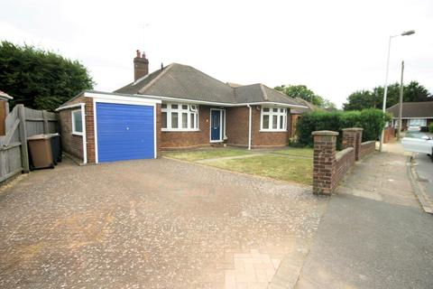 3 bedroom detached bungalow to rent - Luton Road, Chalton, Luton