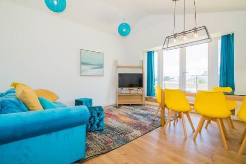 2 bedroom flat for sale - Q House, Brentford, TW8