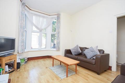 4 bedroom terraced house to rent - Warwick Road, Stratford, London E15
