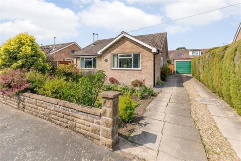 3 bedroom bungalow for sale - Farmanby Close,Thornton Le Dale, YO18 7TE