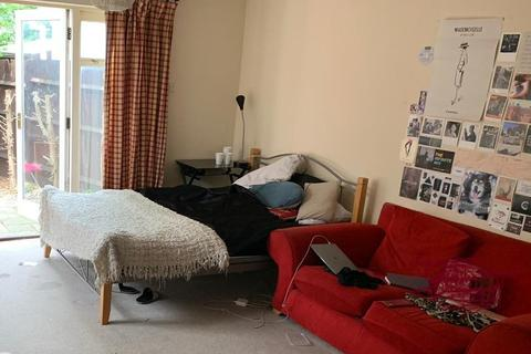 4 bedroom detached house to rent - Rickard Close, London