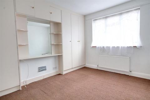 4 bedroom house to rent - Lewgars Avenue, London