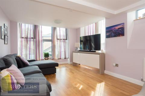 3 bedroom penthouse for sale - Chrisharben Court, Green End, Clayton, Bradford, BD14 6AF