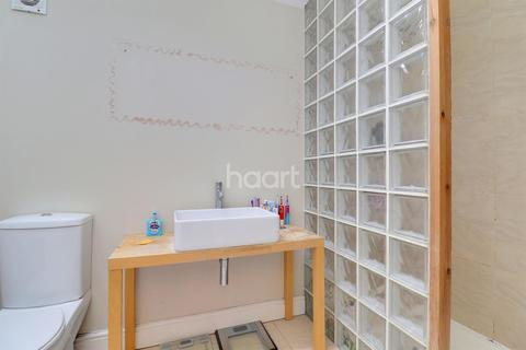 4 bedroom end of terrace house for sale - Studios Road, TW17