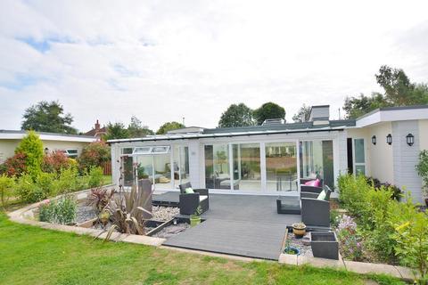 2 bedroom bungalow for sale - Ferndown, Dorset BH22 9AB