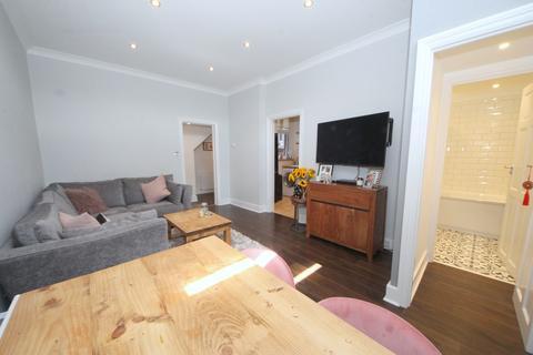 2 bedroom flat for sale - Station Road, London, N21